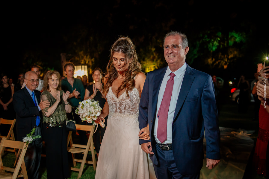 La Novia y su padre llegando al Lugar de la ceremonia en el parque de La Delfina - Alejandro Gomez Fotografo de Casamientos