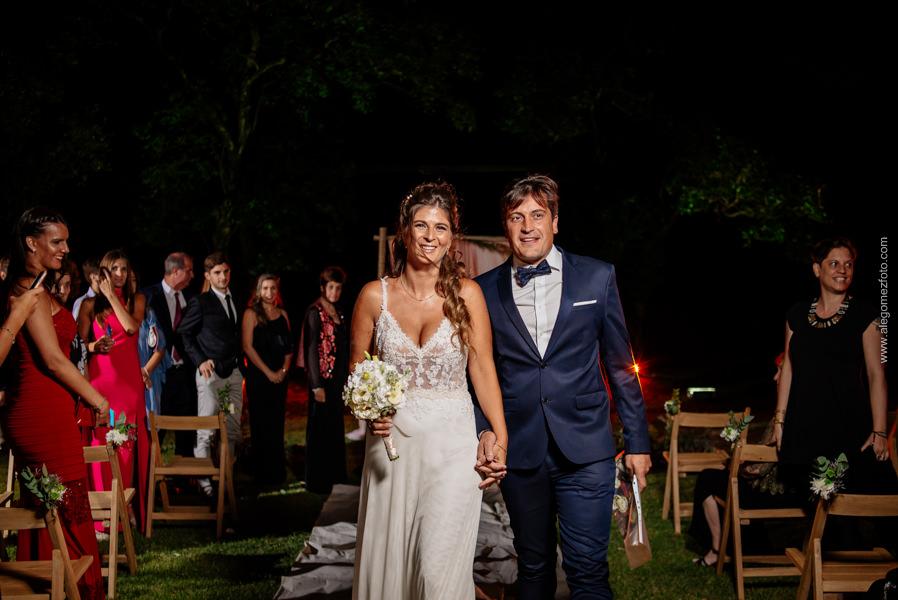 Los recien casados, caminando por la alfombra en el parque de La Delfina - Alejandro Gomez Fotografo de Casamientos