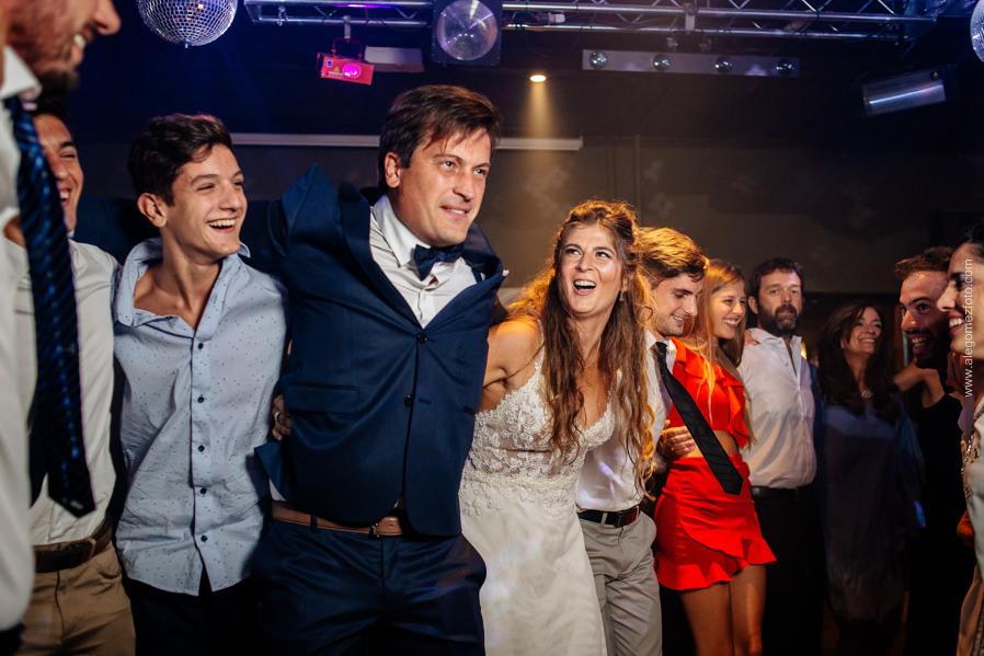 Los Novios bailando con los invitados a la boda - Alejandro Gomez Fotografo de Casamientos