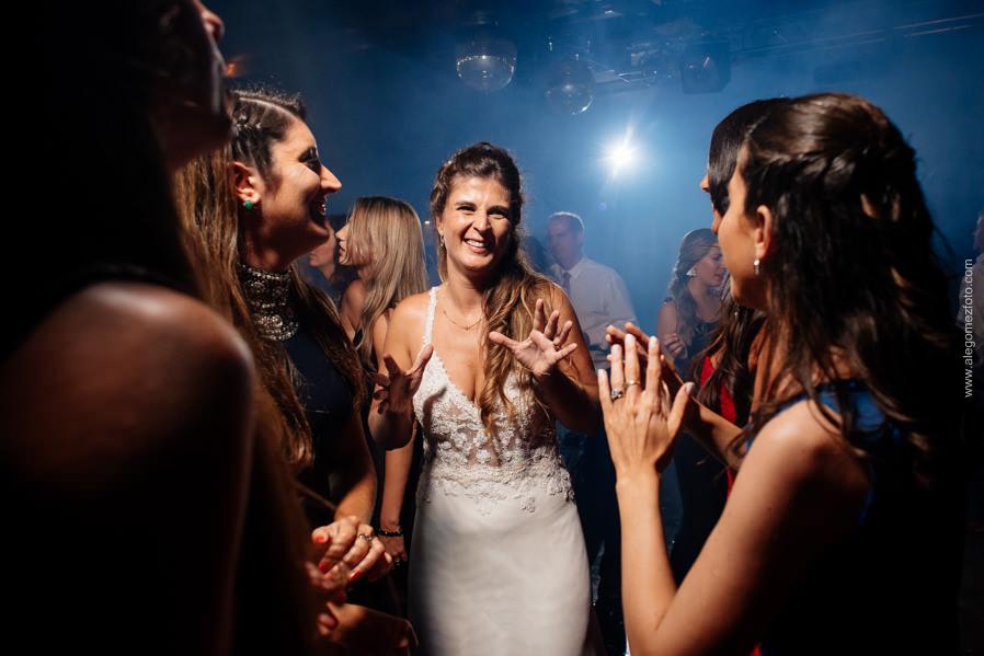 La Novia bailando con sus amigas  - Alejandro Gomez Fotografo de Casamientos