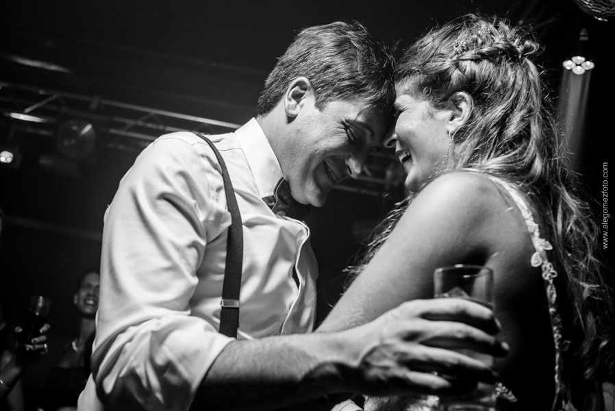 Foto blanco y negro de los novios en un momento romántico - Alejandro Gomez Fotografo de Casamientos