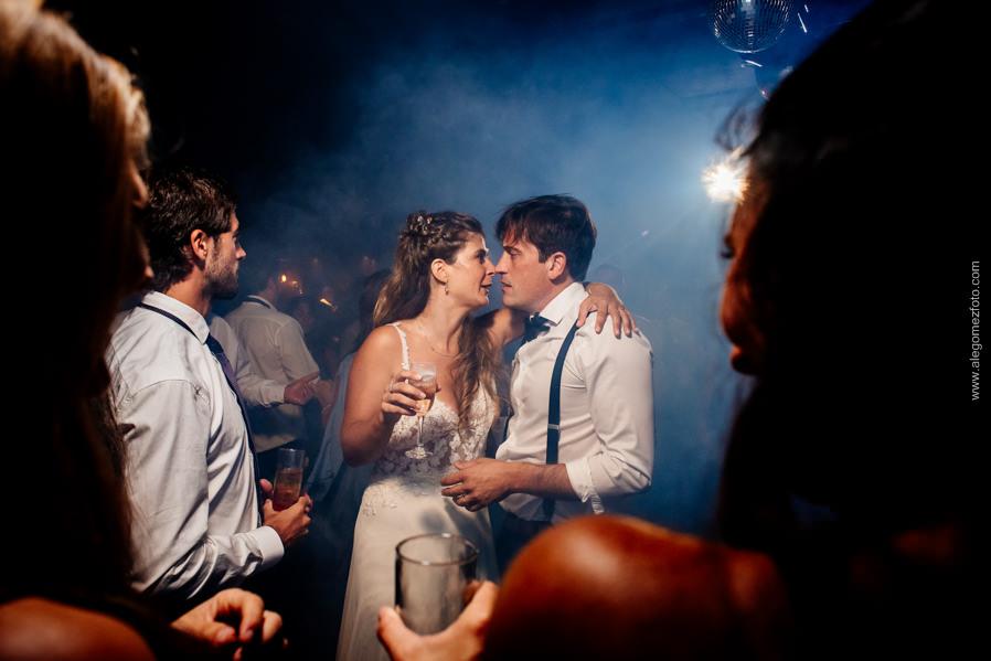 La Novia y el novio a punto de darse un beso en la fiesta  - Alejandro Gomez Fotografo de Casamientos