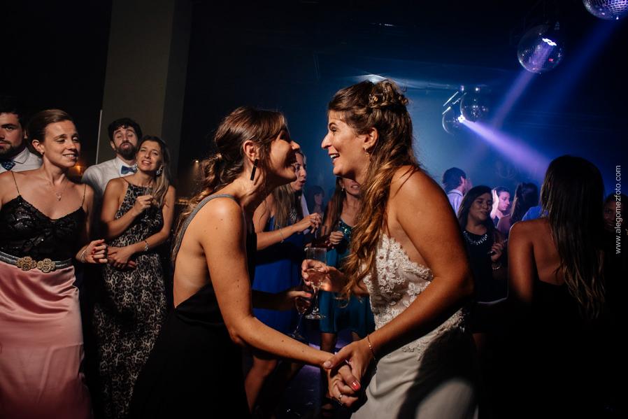 La Novia bailando con una amiga - Alejandro Gomez Fotografo de Casamientos