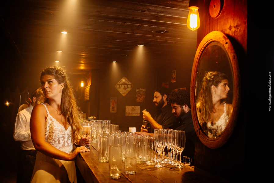 Retrato de la novia en la barra del salon La Delfina - Alejandro Gomez Fotografo de Casamientos