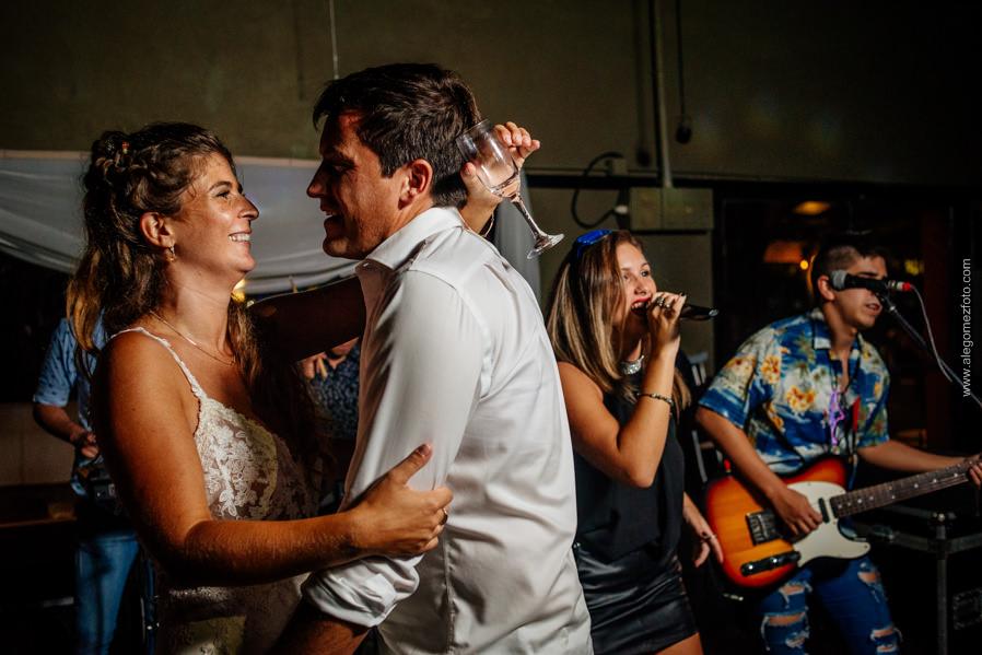 Los novios suben al escenario a cantar con la banda - Alejandro Gomez Fotografo de Casamientos