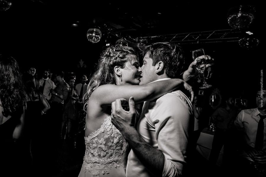 Los Novios beso en Blanco y Negro - Alejandro Gomez Fotografo de Casamientos