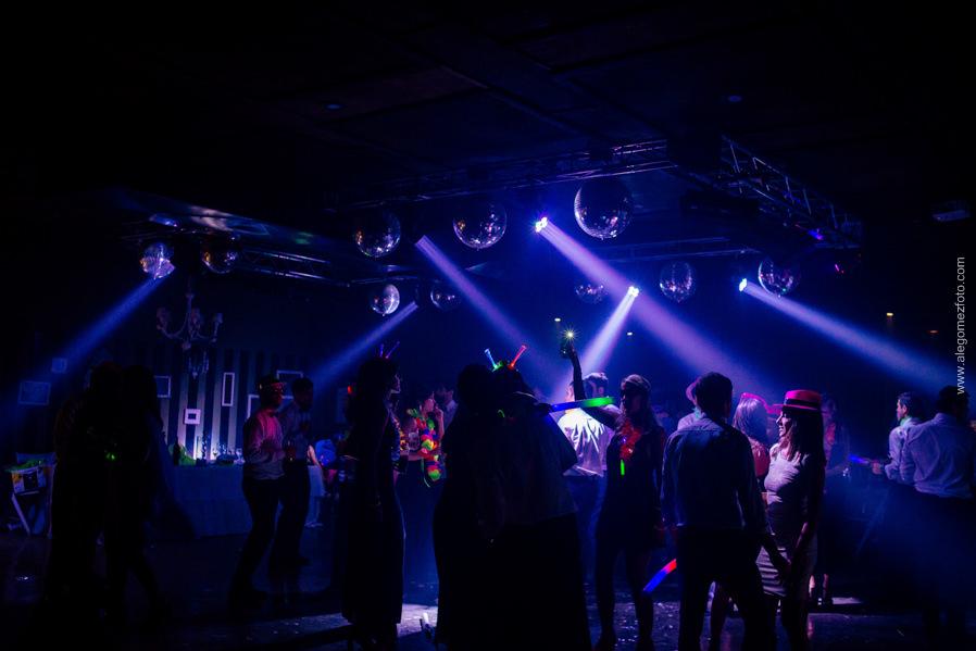 Fiesta cotillon carioca final baile y luces de colores - Alejandro Gomez Fotografo de Casamientos